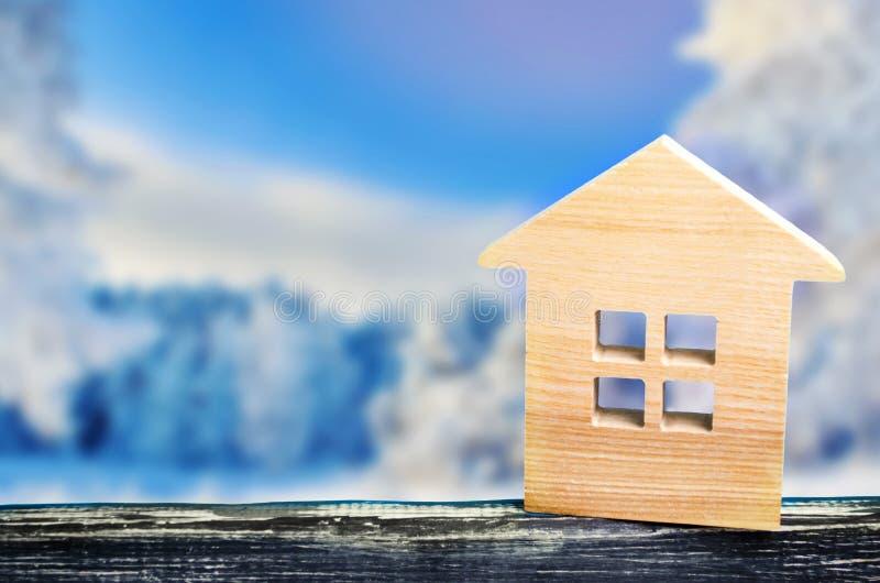 Ett hus i en vintersemesterort, en stuga, vinter semestrar, fastigheten på semestern, utrymme för text arkivbilder