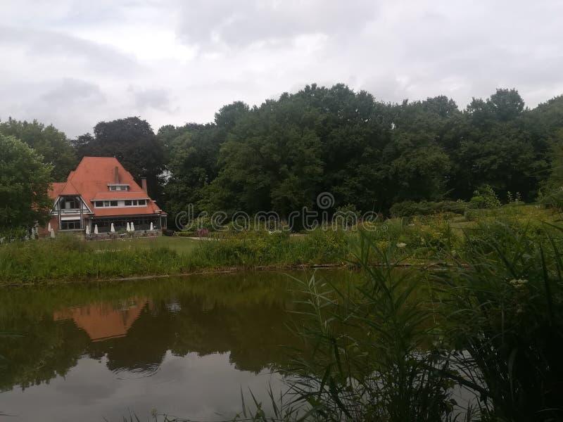 Ett hus på andra sidan av sjön royaltyfria foton