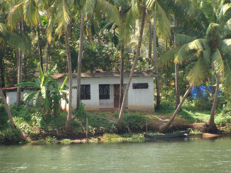 Ett hus vid en musslaflod arkivfoton