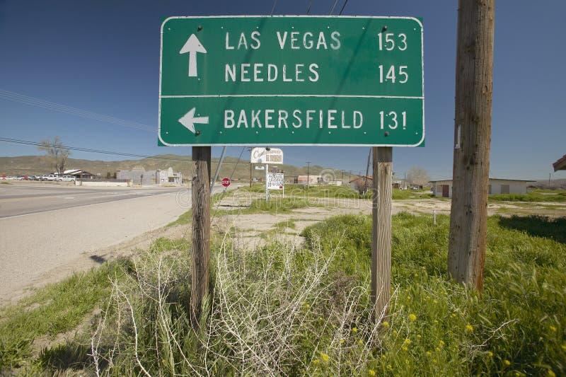 Ett huvudvägtecken som pekar till Las Vegas, Bakersfield och visare, CA royaltyfria bilder