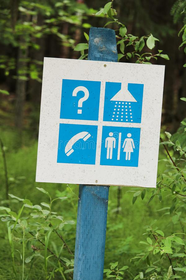 Ett informationstecken på toaletter och duschar för en tältplats royaltyfri bild
