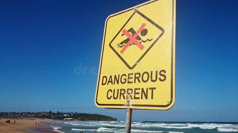 Ett inget tecken för simning (farlig ström) på stranden royaltyfri fotografi