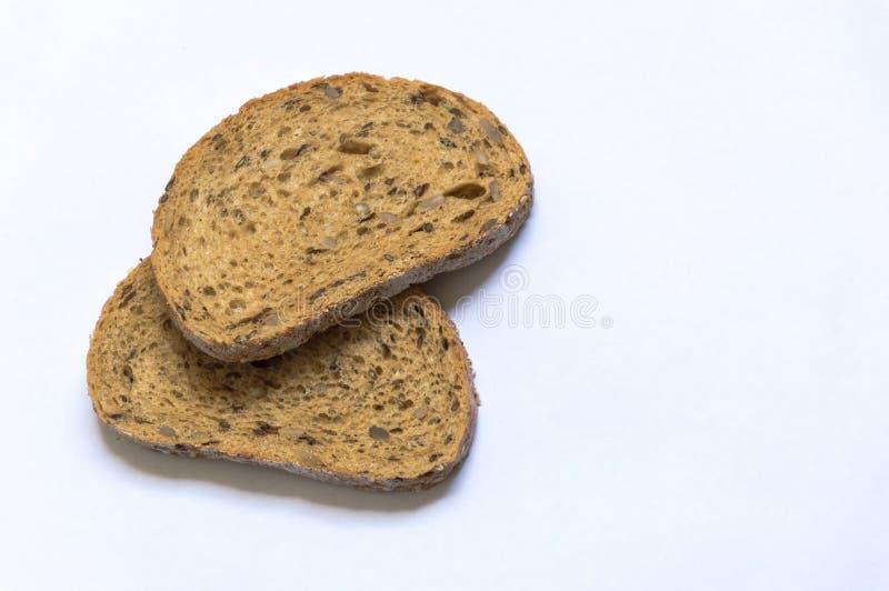 Ett isolerat bröd på den vita bakgrunden fotografering för bildbyråer
