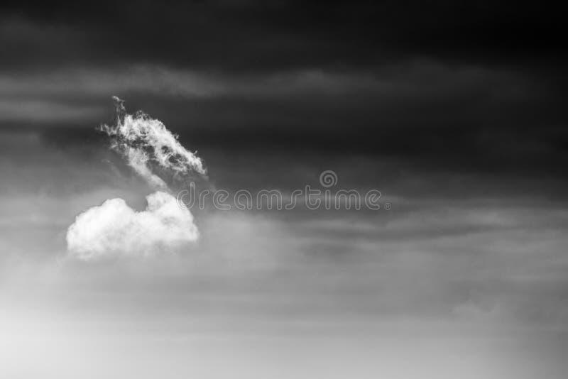 Ett isolerat moln på himlen royaltyfri foto