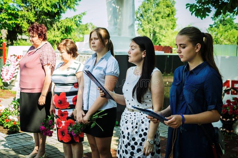 Ett jubileums- samlar nära monumentet till de stupade soldaterna Juni 22, 2016 i den Kaluga regionen i Ryssland arkivfoton