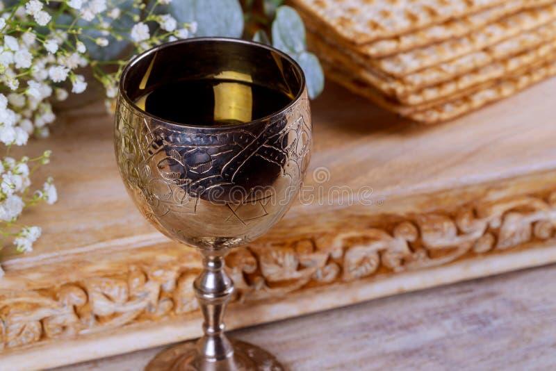 Ett judiskt Matzahbröd med vin Påskhögtidferiebegrepp royaltyfri bild
