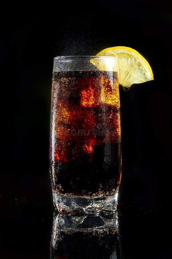 Ett kallt uppfriskande exponeringsglas av cola royaltyfri fotografi