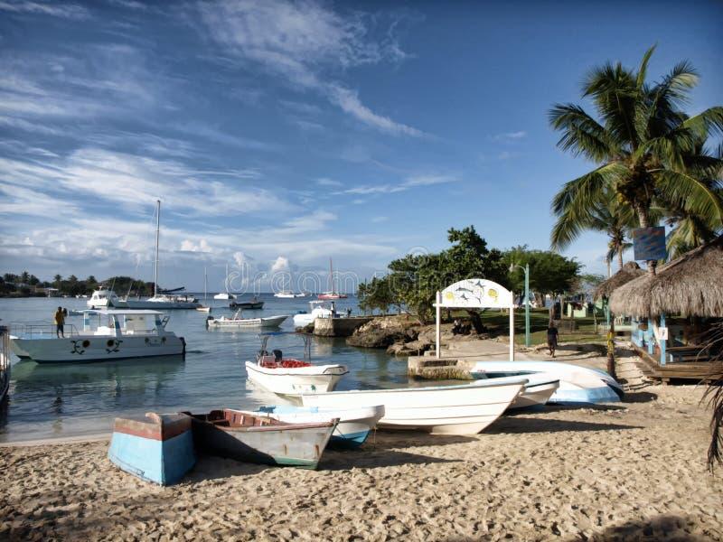 Ett karibiskt landa ställe för små fartyg royaltyfri bild