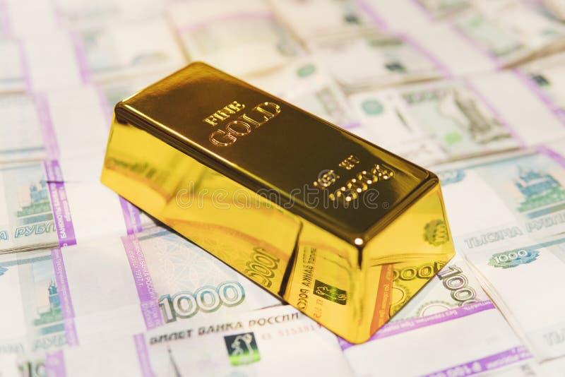 Ett kilo guldstav finns på sedlarna på 1000 rubel Stängning av sedlar med rent guld för affärsverksamhet, investeringar eller arkivfoton