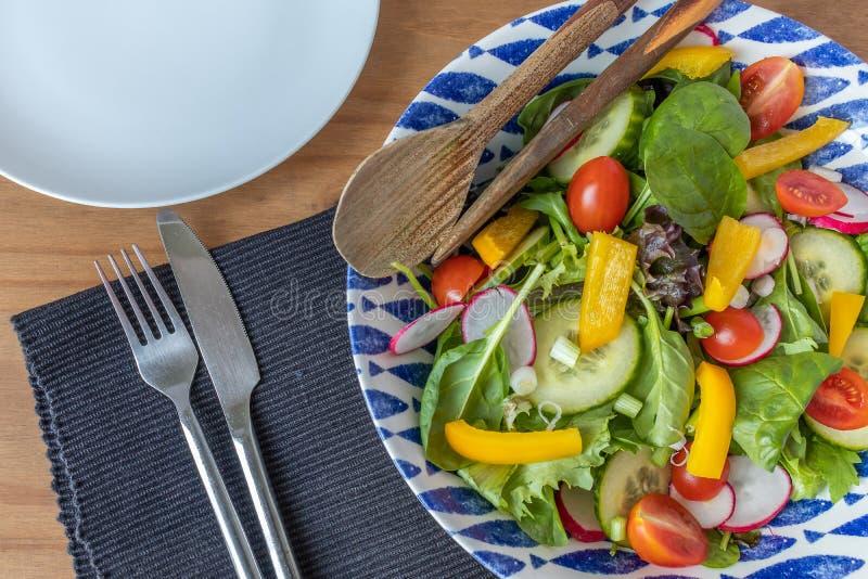 Ett klart att äta ny sommarsallad i en salladbunke arkivbild