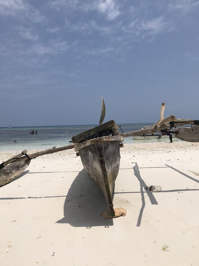 Ett klassiskt träfartyg sitter på kusterna av Zanzibar arkivbild