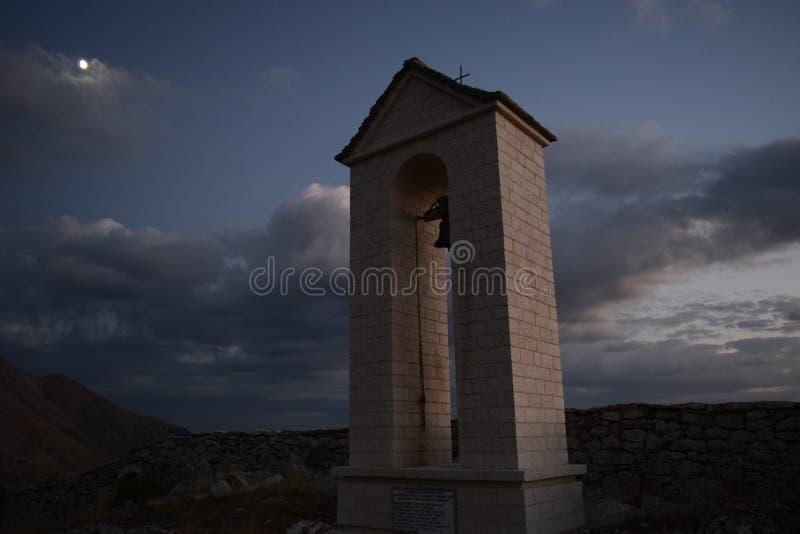 Ett klockatorn under månskenet royaltyfria bilder