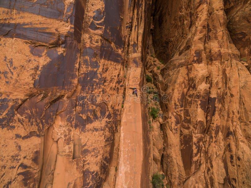 Ett kompetent vaggar klättraren på ökenväggarna av Moab Utah arkivbilder