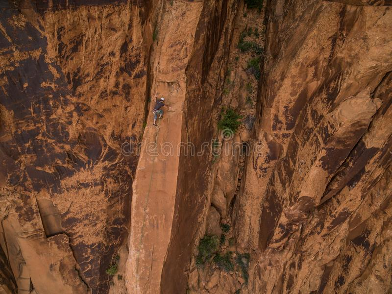 Ett kompetent vaggar klättraren på ökenväggarna av Moab Utah royaltyfria bilder