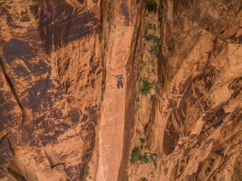Ett kompetent vaggar klättraren på ökenväggarna av Moab Utah royaltyfri foto