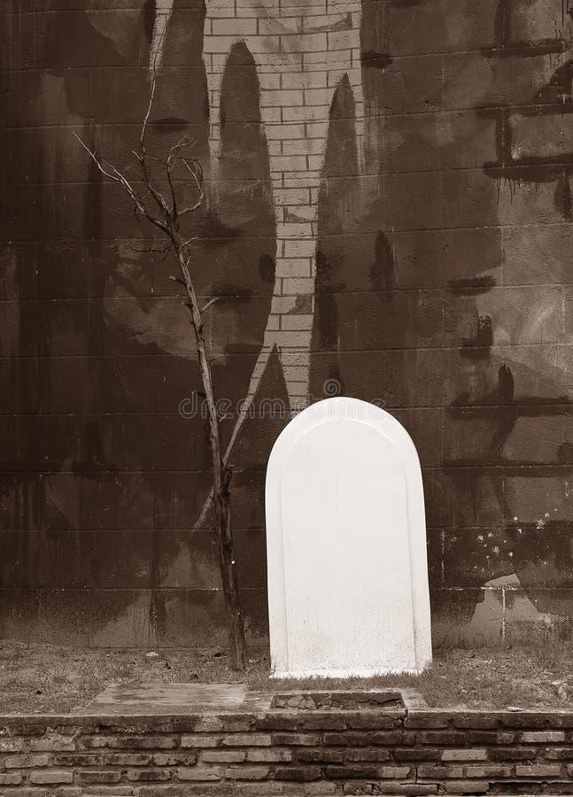 Ett konceptet med vintage gravestone för bakgrunden royaltyfri foto