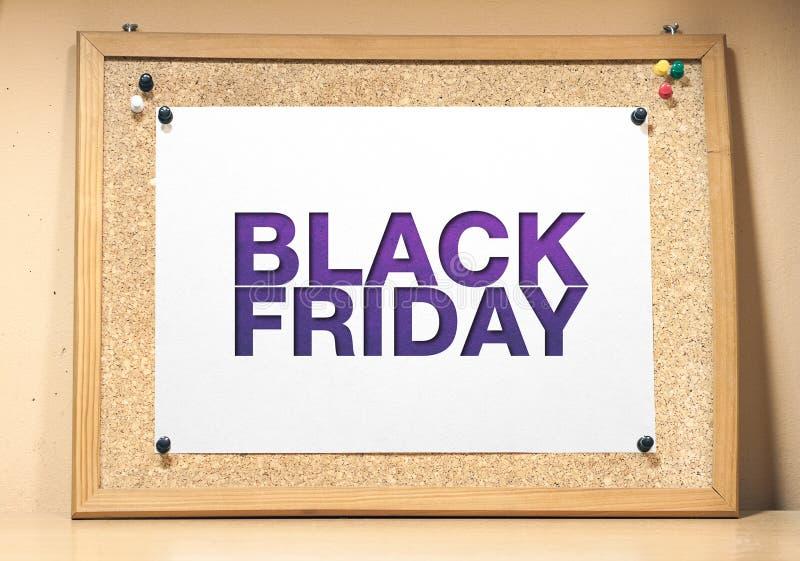 Ett korkbräde med ett vitt ark av papper Black Friday affisch royaltyfria foton