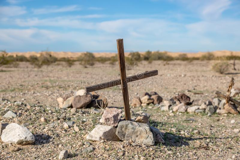 Ett kors på en grav royaltyfri foto