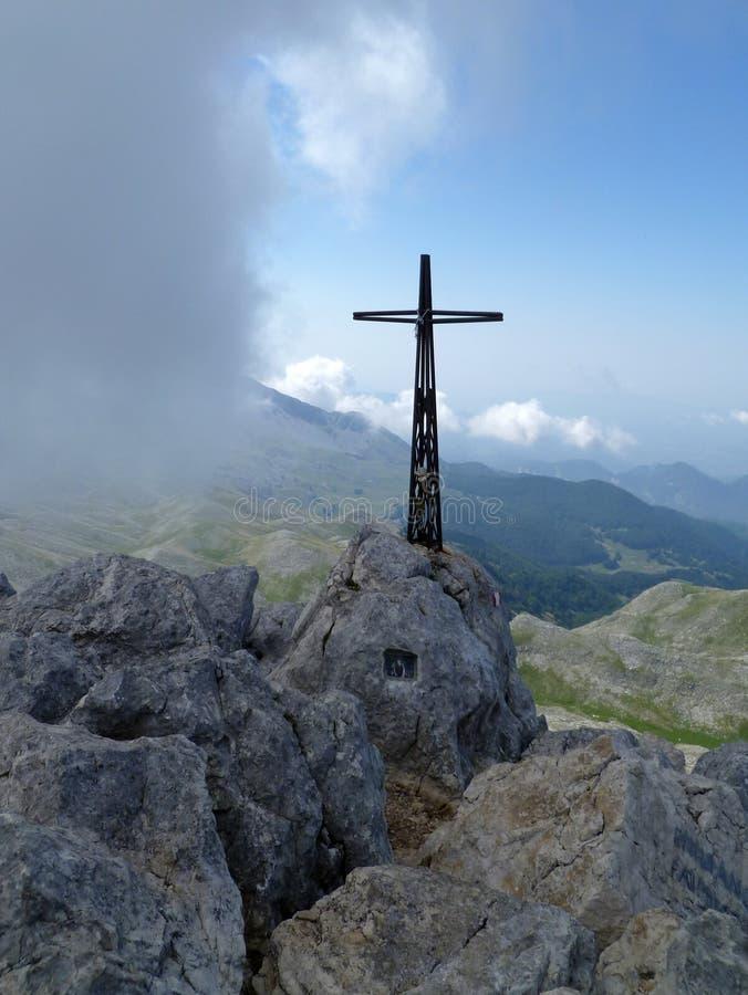 Ett kors på ett berg royaltyfri bild