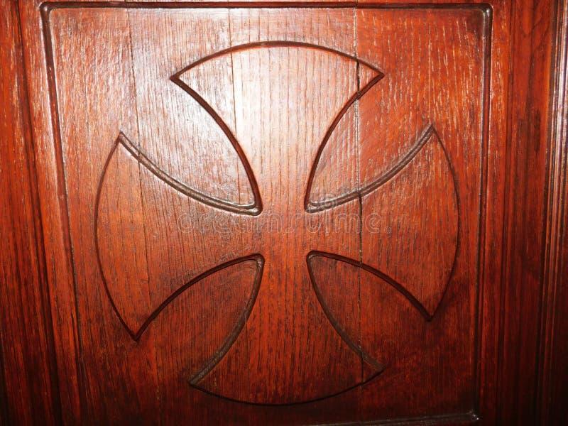 Ett kors som skapades på dörren av kyrkan arkivfoto