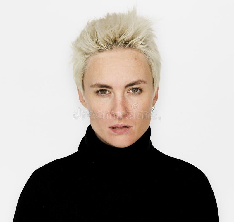 Ett kort blont hår med svart stirra för klänning royaltyfri bild