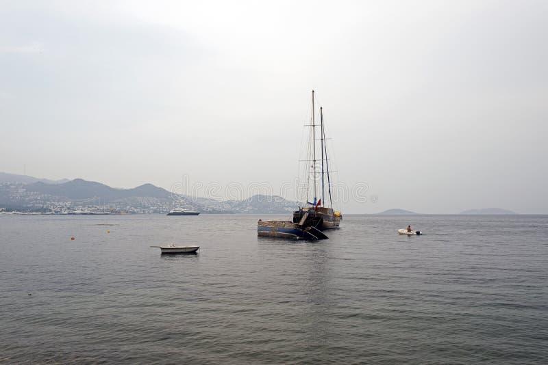 Ett kraschat fartyg och yachter i kusten av Bodrum, Turkiet royaltyfria foton