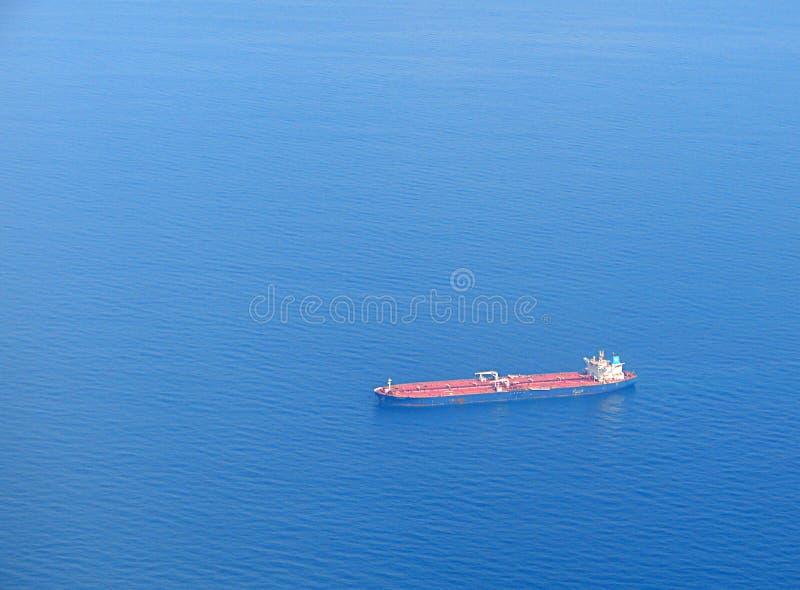 Ett kryssa omkring skepp i det oändliga havet royaltyfri foto