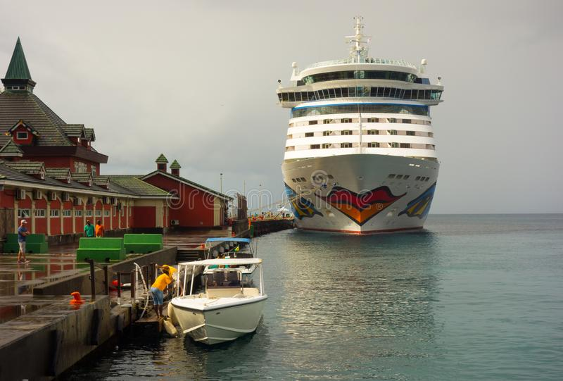 Ett kryssningskepp anslöt på kingstown i de lovart- öarna royaltyfri fotografi