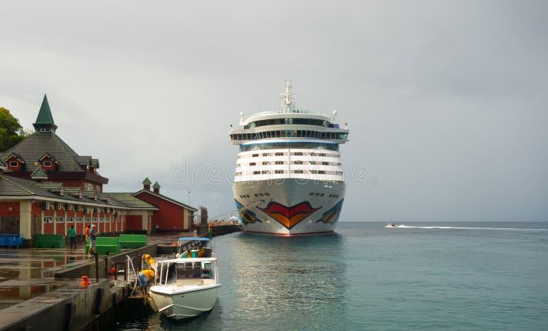 Ett kryssningskepp anslöt på kingstown i de lovart- öarna arkivfoto