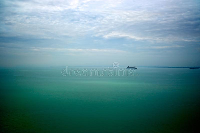 Ett kryssningskepp i mitt av havet nära Penang port, Malaysia royaltyfri fotografi