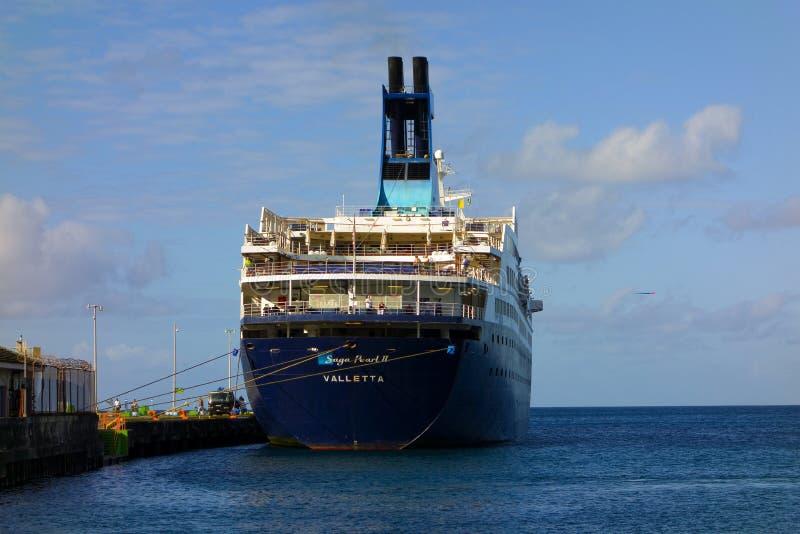 Ett kryssningskepp som besöker st vincent i de lovart- öarna royaltyfri bild