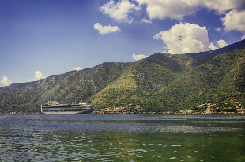 Ett kryssningskepp som kallar på porten av staden kotor montenegro fotografering för bildbyråer