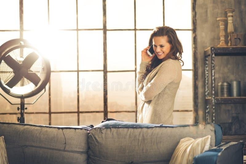Ett kvinnaanseende bak en soffa som ner ser royaltyfri bild