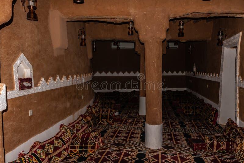 Ett kvinnligt avsnitt av ett traditionellt arabiskt gyttjahus royaltyfria foton