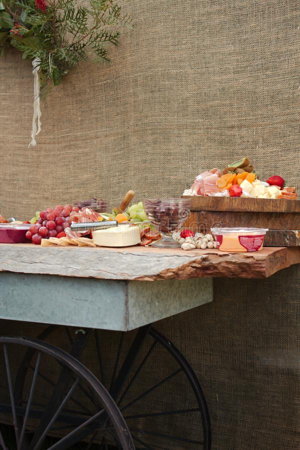 Ett läckert matuppläggningsfat av frukt, muttrar, Chesse, dopp, delikatessaffärkött arkivbilder