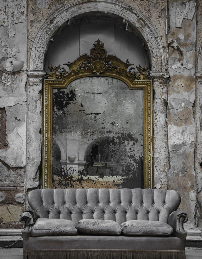 Ett långt borttappat från forntidsspegeln royaltyfria bilder