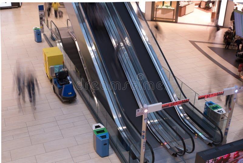 Ett långt exponeringsfotografi av två rulltrappor i Rome flygplatster royaltyfri bild