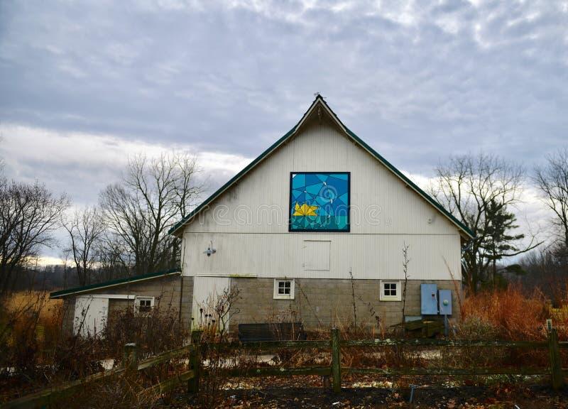 Ett ladugårdtäcke på en gammal Urbana ladugård royaltyfri fotografi