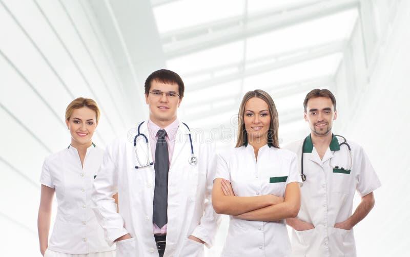 Ett lag av unga medicinska arbetare i vit kläder royaltyfria foton