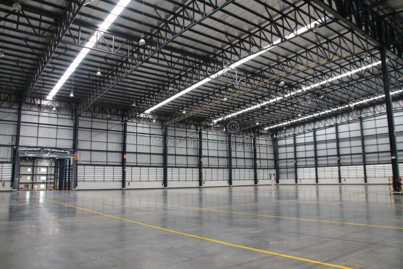 Ett lager är en kommersiell byggnad för lagring av gods arkivfoton