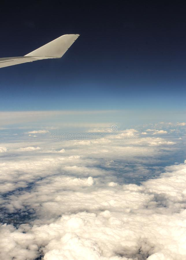 Ett lager av moln under vingen av nivån arkivfoton