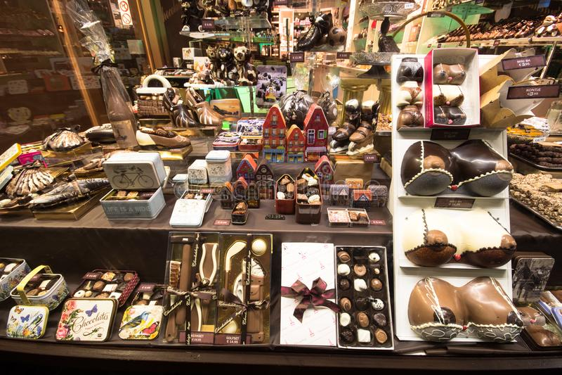 Ett lager i Brugge mycket av chokladfrestelser, Belgien arkivfoton
