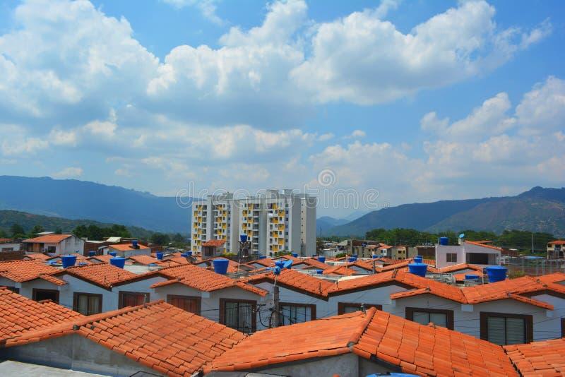 ett landskap av något inhyser sett från taket med en blå himmel i bakgrunden royaltyfri fotografi