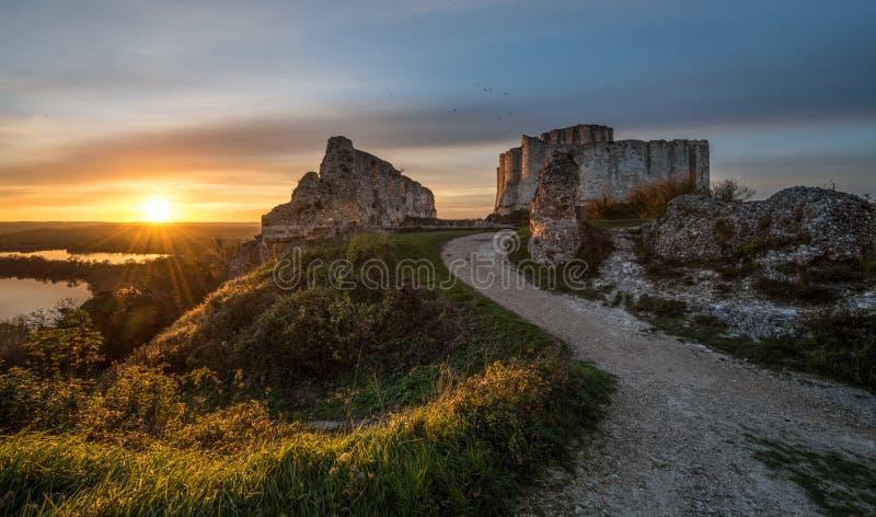 Ett landskap med chateauen Gaillard (näsvis slott) på solnedgången med solen i panelljus royaltyfri bild