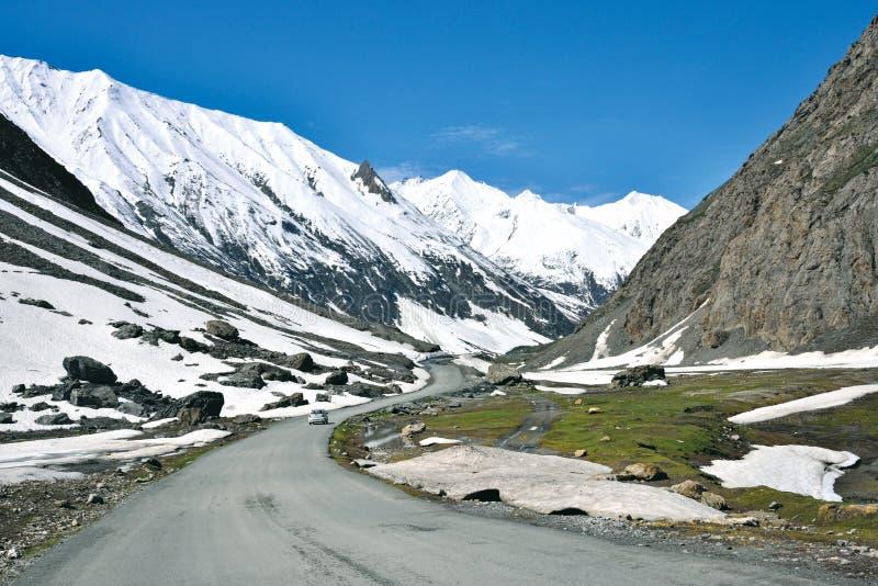 Ett landskap på det Zojila passerandet på höjden av 3529 meter, Leh-Srinagar huvudväg, Ladakh, Indien royaltyfri fotografi