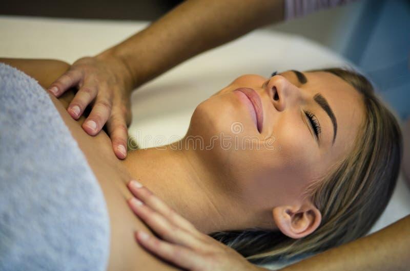 Ett leende är där, därför att massagen är trevlig till henne fotografering för bildbyråer