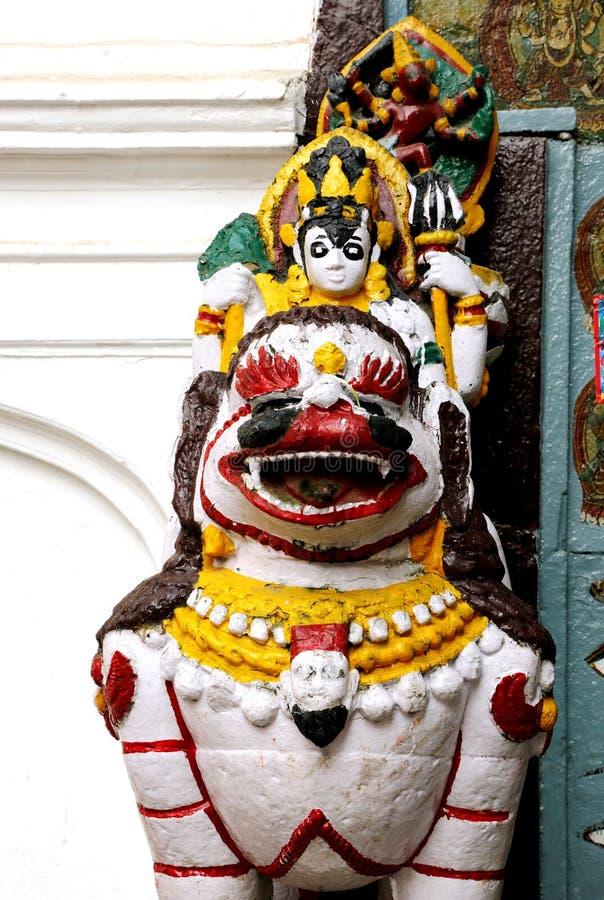Ett lejon som bevakar den durbar huvudsakliga coutyarden av den Hanuman dhokaen royaltyfri foto