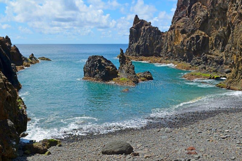Ett lilla avskilda Pebble Beach som förbi omges, vaggar, Praia gör Zimbralinho, Porto Santo, madeiran, Portugal royaltyfria bilder
