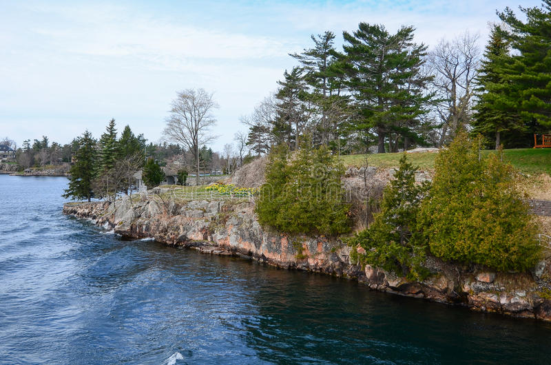 Ett litet ö och strandhus på St Lawrence River arkivfoton