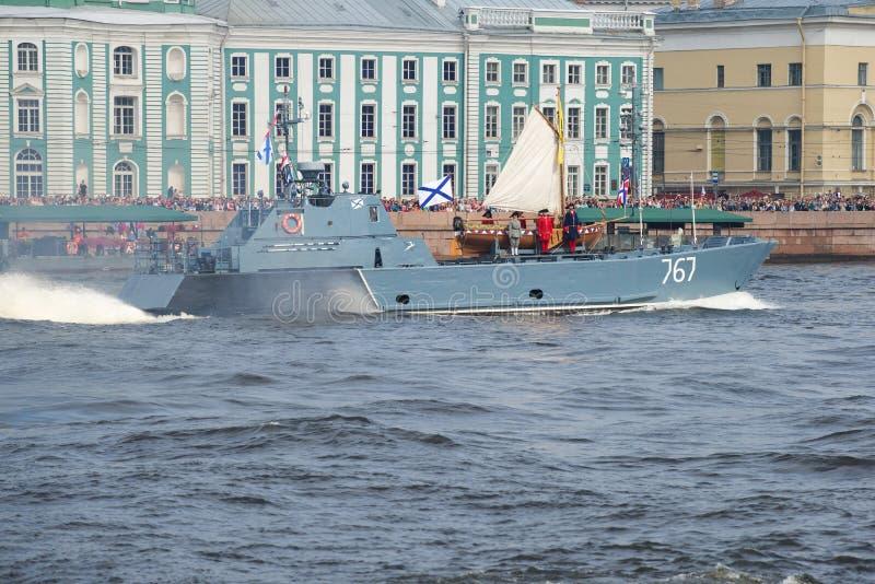 Ett litet amfibiskt fartyg D-67 det Serna projektet transporteras av fartyget av Peter det stort arkivfoto